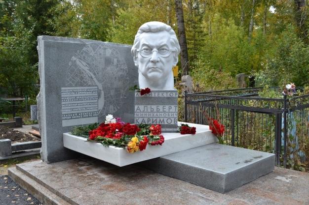 В Омске открыли памятник Альберту Каримову