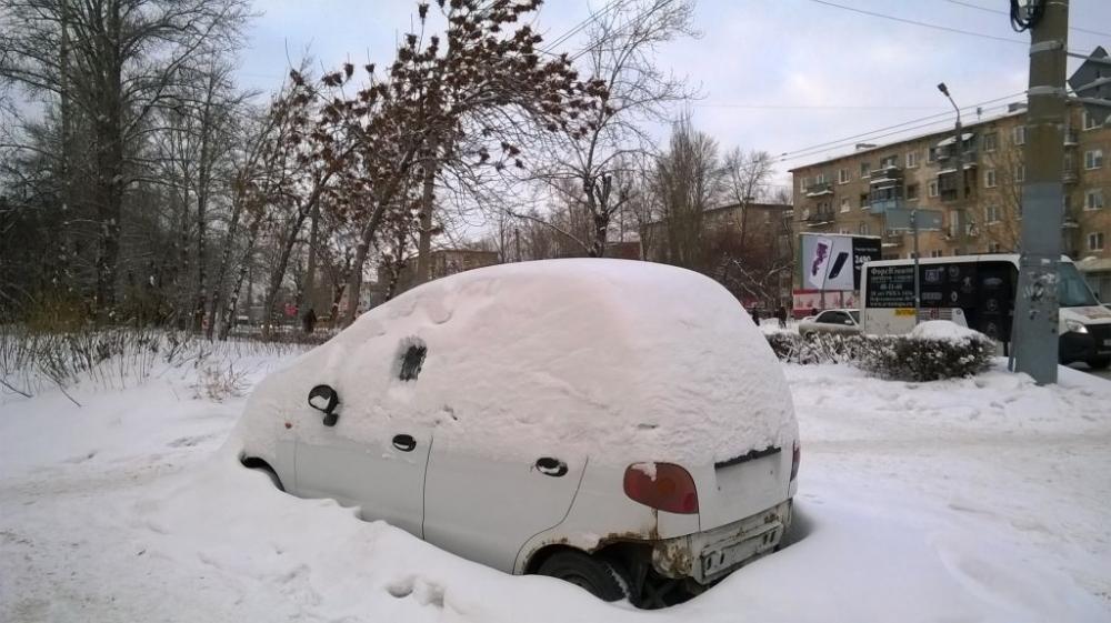 Руководитель Омской области предложил ввести режимЧС из-за снега на трассах