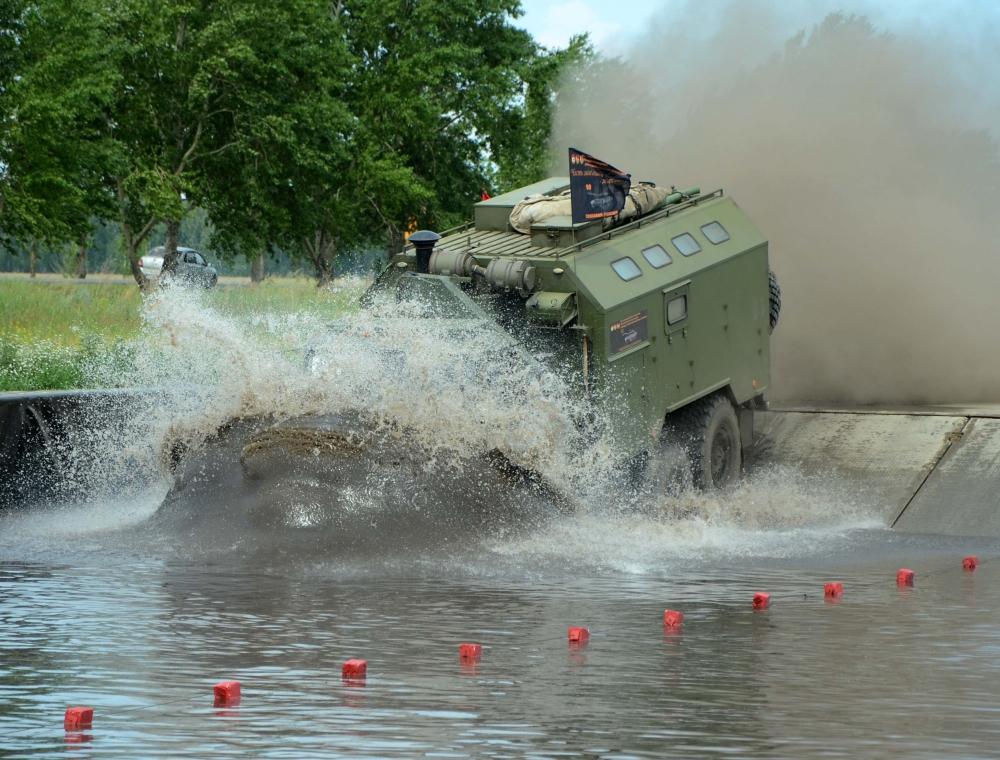 Омские курсанты пересобрали УАЗ за 4 минуты иустановили рекорд