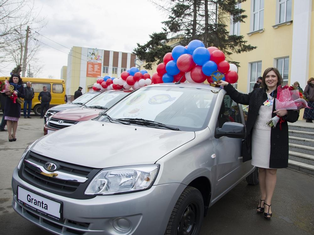 ВОмской области лучшим учителям губернатор вручил ключи отавто