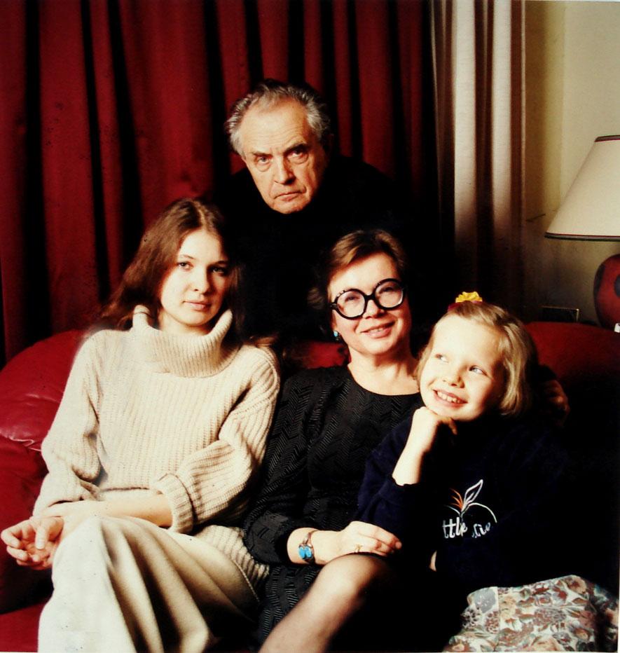 Александр и Ольга Зиновьевы с дочерьми Полиной и Ксенией накануне возвращения в Россию. 1999 год.