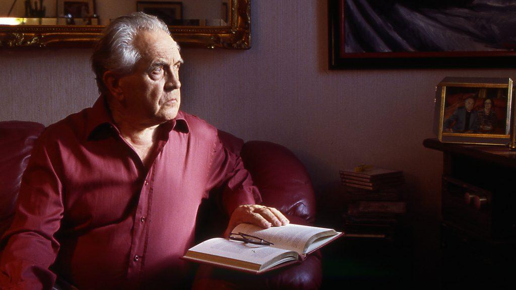 Александр Зиновьев в московской квартире. 2001 год.